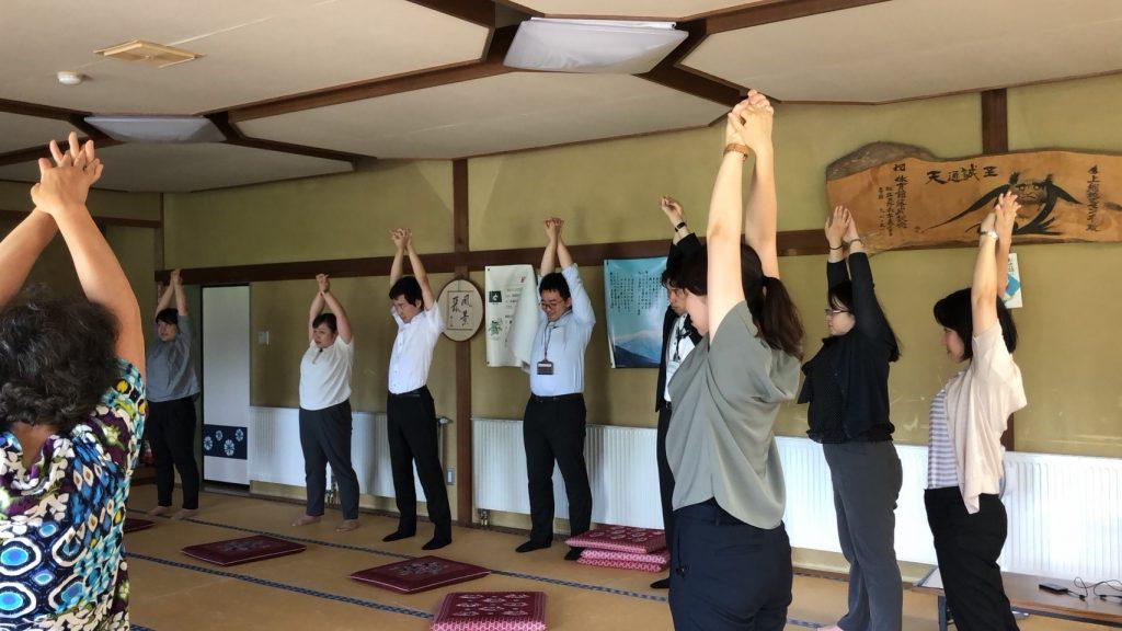 軽運動教室で準備体操をする見学チーム