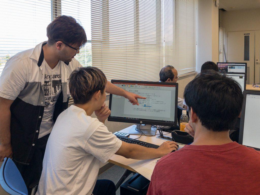 プレゼンテーション資料の準備を行う学生達
