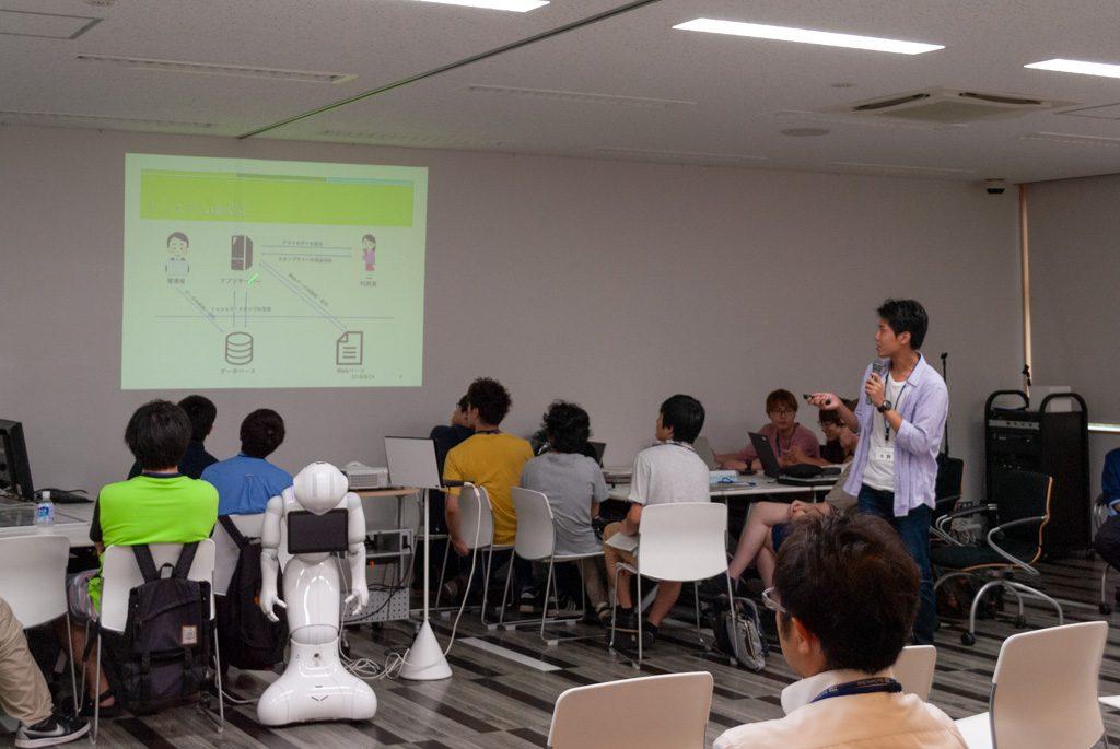 アプリのプレゼンテーションを行う学生
