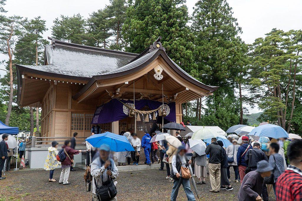 雨も関わらず観光客で溢れる、鬼越蒼前神社